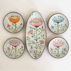 ceramic mugs Donna Gardner Striar ------------------------------------------------------------------------ Pottery Painting, Ceramic Painting, Ceramic Artists, Pottery Plates, Ceramic Pottery, Pottery Art, Painted Plates, Plates On Wall, Hand Painted Ceramics