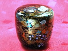 Art works of Sanao Matsuda Material: Wooden box, urushi lacquer, gold powders, silver powders.