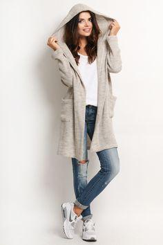 Stylowy sweter z kapturem z kolorze beżowym. Luźny fason bez zapięcia z kieszeniami po bokach. http://besima.pl
