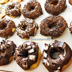 @somosumonly #donut #donuts #rosquinha #cafedamanha Doughnut, Desserts, Food, Morning Coffee, Chocolate Donuts, Meal, Deserts, Essen, Hoods