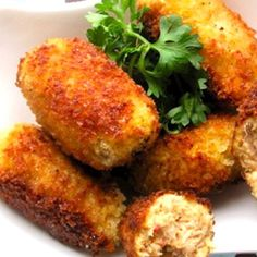 Chicken Croquettes are a perfect make ahead party snack. Store your rolled croquettes in the fridge in sealed plastic bags and all you have to do when your guests arrive is fry them until crispy and golden brown. This recipe starts with cooked chicken (gr