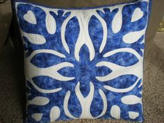 Needle turn applique with hand quilting. Applique Pillows, Applique Quilts, Throw Pillows, Hawaiian Quilts, Cut Work, Hand Quilting, Quilting Projects, Patches, Blue And White