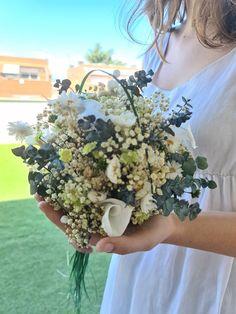 Abril, se nos escapa, pero no sin antes hablar de las calas para los ramos de novia | Flores Akita Akita, Floral, Wreaths, Calla Lilies, Wedding Bouquets, Hot Pink, Boyfriends, Door Wreaths, Flowers