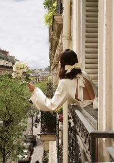 In paris: 8 photo ideas for that perfect parisian vibes - the street vibe Classy Aesthetic, Travel Aesthetic, Tuileries Paris, Parisian Chic Style, Paris Chic, Parisian Summer, Living In London, Shotting Photo, Vintage Paris
