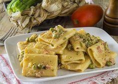 Oggi portiamo a tavola un buonissimo primo piatto, molto semplice e gustoso e cremosissimo, i paccheri cremosi con piselli zucchine speck.