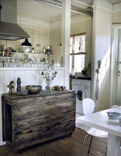 När Louise tog över huset fanns en praktisk öppning mellan storstugan och köket. I dag används den s...via Skona Hem