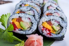 Futomaki, piatto tipico della cucina giapponese. Questo tipo di sushi, per tradizione, deve contenere almeno 4 ingredienti.