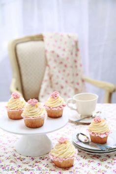 masam manis: KEK blended pineapple cupcake + carnation fondant