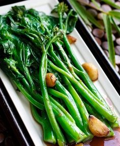 A delicious Gai Lan recipe with Oyster Sauce, a simple recipe with just a few ingredients. Chinese Broccoli, or gai lan in Chinese, a popular Chinese dish! Chinese Broccoli Recipe, Broccoli Recipes, Asian Broccoli, Broccoli Salads, Mushroom Broccoli, Garlic Broccoli, Broccoli Chicken, Frozen Broccoli, Vegetarian
