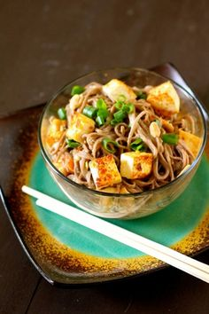 spicy soba noodles with peanut sauce - thecurvycarrot.com