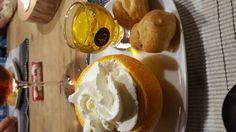 Toetje: sinaasappel leeg lepelen ,ondertussen het ijs zacht laten worden. Ongeveer 6 bitterkoekjes verkruimelen en daar 43 over gieten zodat het erin kan trekken. Stukjes sinaasappel klein snijden en erdoor heen scheppen samen met het ijs.daar de sinaasappel mee vullen en in de vriezer zetten (ongeveer een uurtje).als je het opdient slagroom eroverheen . Voor 4 personen 4 sinaasappels,6 bitterkoekjes,wat sinaasappelstukjes en een halve bak ijs.en ongeveer 4 dopjes 43