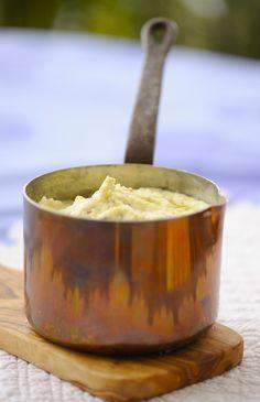 1. Картофель 10 минут проварить в воде, после чего воду слить, залить кипящим молоком и довести до готовности. Размять в пюре. 2. Картошку размять в пюре. Сметану перемешать с тертым сыром и мелко нарезанным чесноком, заправить этой смесью картошку. Пюре нужно подержать немного в духовке, чтобы сметана прогрелась. 3. Картошку размять в пюре, залить кипящим […]
