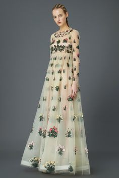Valentino Pre-Fall 2015 Fashion Show Collection: See the complete Valentino Pre-Fall 2015 collection. Look 16 Women's Dresses, Pretty Dresses, Floral Dresses, Beautiful Gowns, Beautiful Outfits, Runway Fashion, Fashion Show, High Fashion, Style Fashion