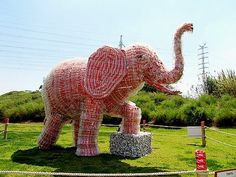 """Israel turns a dump in the park/ In this Tuesday in the vicinity of Tel Aviv, opened the original exhibition of installations of industrial waste «Coca-Cola Recycled Safari». This is the actual debut of the park being built named """"Sharon"""", located on the site of a former city dump, """"Hiriya."""" Bright and expressive sculpture in the form of animals and birds were made from found here waste - cans, plastic and glass bottles «Coca-Cola»."""