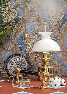 Sekelskiftet 1800-1900 präglades av mörka, tunga hus och dova färger. Mönster blandades med mönster och materialval präglades av en vilja att se påkostade ut. Städerna bebyggdes med flerfamiljshus och de stora stadsvåningarna med sina rum i fil, höga lister, spegeldörrar och stuckaturer skulle gärna ha mörka färger. Mässing var materialet framför alla, tillsammans med mörkbetsat trä. Tunga, vävda textilier var populärt. Fil, Tapestry, Paper, Inspiration, Home Decor, Hanging Tapestry, Biblical Inspiration, Tapestries, Decoration Home