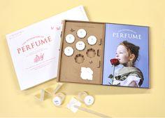 資生堂の調香師が監修した調香師体験キット。 文香として香りをプレゼントすることも! こんにちわ!箱庭キュレーターのサキです。 今回は、コクヨさんの販売する「香りのワークブック」をご紹介したいと思います。 絵本ということで [… Packaging, Perfume, Display, Frame, Design, Naver, Floor Space, Picture Frame, Billboard