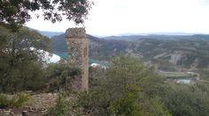 Torre Cotón o Campanal románico de la Virgen (s. XII). Al fondo, el embalse de Mediano y Coscojuela de Sobrarbe
