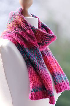 Dejligt tørklæde i vævestrik. Det er i 2 farver, et ensfarvet garn og et farveskiftegarn. Det er ikke svært at strikke. Her i uld, men andet kan bruges. Pinde 3½. Læs mere ...