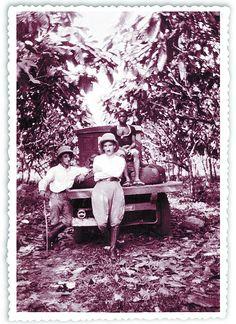 Francisco Gabás (c), trabajó en los años 20 en una plantación de cacao llamada Sampaka, en la isla protagonista del libro. DB