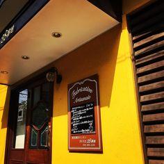 住宅街のブーランジェリー おはようございます . 昨日の横浜は夏らしいの朝 . 昨日とうって変わり水分補給して頑張りましょう . #ラトリエ28番地 #一軒家パン屋さん #ベーカリー #青葉区 #横浜 #神奈川 #黄色  #boulangerie #bakery #yokohama #japan #latrier28 #yellow
