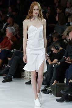 Les robes de mariée tendance 90's Nineties http://www.vogue.fr/mariage/tendances/diaporama/les-robes-de-marie-tendance-90s-nineties/23546#les-robes-de-marie-tendance-90s-nineties-4