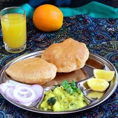 Aloo Bhaji, czyli curry z ziemniaków(w Indiach określenia bhaji używa się w stosunku do warzywnego curry) to wegetariańskie danie podawanezazwyczaj razemze smażonymi chlebkami puri. Zestaw taki, znany pod nazwąPuri Bhaji jest chętnie jedzony na śniadanie w całych Indiach. Puri Bhaji … Czytaj dalej →