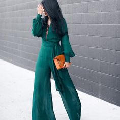 Use a dark green jumpsuit for a stylish and cool result. Look Fashion, Hijab Fashion, Fashion Outfits, Womens Fashion, Big Fashion, Fashion Models, Jumpsuit Outfit, Jumpsuit Style, Halter Jumpsuit
