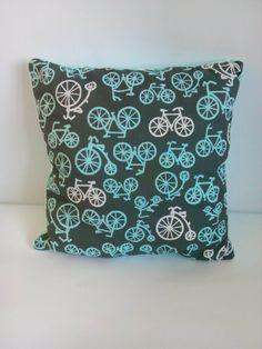 Poduszka turkusowe rowery na turkusowym minky. Wymiary: ok 35x35cm. Ręcznie wykonane. Materiał strona kolorowa: 100% bawełna organiczna. Materiał strona minky: 100% poliester.