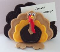 Learn how to make a turkey placecard holder and other free craft projects. Thanksgiving Crafts For Kids, Thanksgiving Activities, Thanksgiving Decorations, Holiday Crafts, Thanksgiving Turkey, Fall Felt Crafts, Felt Diy, Felt Crafts Patterns, Wood Patterns