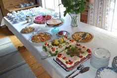 Hunajaa ja maitoa: Kakkuja ja juhlia Table Settings, Table Decorations, Place Settings, Dinner Table Decorations, Tablescapes