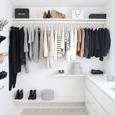 Organize por cor as camisetas, calças e tudo o que for dobrado. Assim, é mais fácil identificar a peça que você procura.