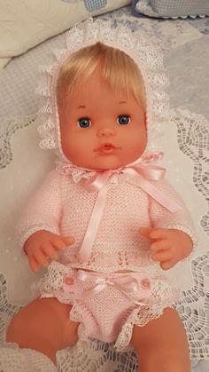 Blog de trabajos de María José Veira. Patchwork, calceta, ropita, muñecos, capotas, manteles, cortinas, bordados, ganchillo. Labores artesanales. Big Baby Dolls, Baby Doll Clothes, Crochet Doll Clothes, Knitted Dolls, Pretty Dolls, Cute Dolls, Beautiful Dolls, Vestidos Bebe Crochet, Kool Kids