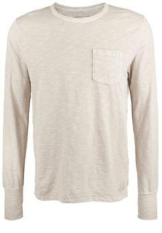 Longsleeve LONGSLEEVE POCKET    Genau das richtige Shirt für kühlere Tage. Das lässige Longsleeve ist schlicht designt und überzeugt durch seine melierte Waschung und den lockeren Schnitt. Der abgesteppte Saum am Ärmel und die Inside-Out-Naht am Rücken verleihen dem Basic eine spotliche Note.    Ausschnitt / Kragen: Rundhalsausschnitt  Größenflag: fällt größengetreu aus  Länge: hüftlang  Materi...