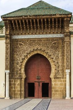 Doorways and archways in Fez: Moroccan cities like Fez tend to produce textiles that incorporate traded materials brought from afar and are easily recognizable.