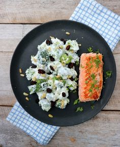 laks med brokkolisalat Cobb Salad, Feta, Risotto, Food And Drink, Lunch, Cheese, Dinner, Ethnic Recipes, Foodies