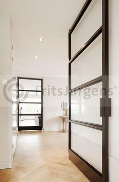 Stalen taatsdeuren vanaf de entree naar de woonkeuken en de living