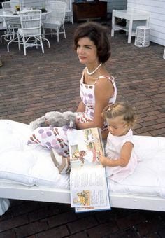 Jacqueline and Caroline Kennedy read a book on the back patio of their Hyannis Port home, 1960 Estilo Jackie Kennedy, Les Kennedy, Caroline Kennedy, Jacqueline Kennedy Onassis, John Kennedy, Familia Kennedy, Hyannis Port, Jaqueline Kennedy, Charles Perrault