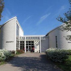 Kauhavan kirjasto Finland, Garage Doors, Mansions, House Styles, Outdoor Decor, Home, Manor Houses, Villas, Ad Home