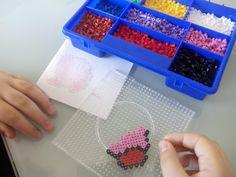 Mis talleres de manualidades en Granada con hama beads son, además de divertidos, educativos. Favorecen la creatividad del niño, el desarrollo de la motricidad fina, la coordinación óculo-manual y la lógica, habilidades necesarias en las primeras etapas escolares.Estas pequeñas cuentas cilínd