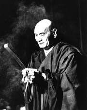 Maître Taisen Deshimaru - « Aime toute l'humanité sans distinction de race et de croyance ». La guerre américano-nippone sépare pour un temps le disciple de son Maître, qui prédit une défaite cuisante de Tokyo. C'est précisément dans ce contexte de violences et de haines, poussées au paroxysme que Taisen Deshimaru trouvera les conditions justement adaptées à la pratique de l'idéal boddhisattva.