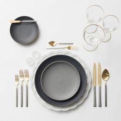 デザート用カトラリーはサービス皿の奥に置きます。 ナイフの刃は手前向きで右が持ち手、フォークは左が持ち手と、左右交互に置きます。