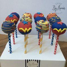 Hermosas ideas de fiestas de la Mujer Maravilla   Tarjetas Imprimibles Wonder Woman Cake, Wonder Woman Birthday, Wonder Woman Party, Birthday Woman, 6th Birthday Parties, 4th Birthday, Anniversaire Wonder Woman, Superhero Party, Superhero Cake Pops
