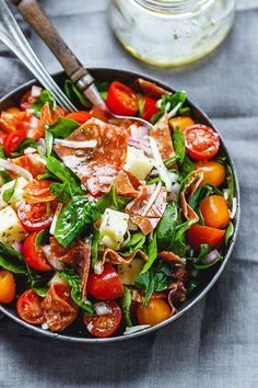 Spinatsalat mit Mozzarella, Tomaten und Peperoni - What's for Dinner? Spinach Salad Recipes, Spinach Soup, Spinach Stuffed Chicken, Healthy Salad Recipes, Baby Spinach, Grape Tomato Recipes, Garlic Spinach, Asparagus Recipe, Healthy Meals
