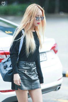 Black Long Sleeve Plain Top with Leather Mini Skirt Fashion of Kim Yubin J Pop, Kpop Girl Groups, Korean Girl Groups, Kpop Girls, Leather Mini Skirts, Leather Skirt, Yubin Wonder Girl, Blonde Grise, Going Blonde