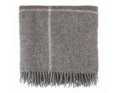 Unsere wärmende Wolldecke 'Visby' wird von unserem Partner in Dänemark aus 100% skandinavischer Schurwolle in edler Jaquardbindung verwoben. Das lockere Streifenmuster und die Fransen an den Enden verleihen der Decke ein modernes und zeitloses Design. Die Decke ist in den Größen 140 x 220 cm und 220 x 260 cm und im stilsicheren Grau/Creme erhältlich.