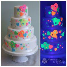 Glow in the Dark Neon Wedding Cake Sweet Sixteen, Bolo Neon, Neon Cakes, Glow In Dark Party, 13th Birthday Parties, Birthday Ideas, Birthday Cake, Blacklight Party, Amazing Wedding Cakes
