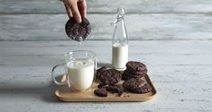 Chocolate cookies by the Greek chef Akis Petretzikis. Make easily and quickly this recipe for crunchy, delicious cookies! Chocolate Cookie Recipes, Chocolate Cookies, Melting Chocolate, Peach Cookies, Yummy Cookies, Greek Recipes, Raw Food Recipes, Baking Pans, Baking Soda