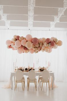 Blush wedding inspiration with an adorable balloon chandelier. Photo: @kerstinhahnphotography Wedding Trends, Wedding Designs, Wedding Ideas, Balloon Chandelier, Chandelier Wedding, Extravagant Wedding Dresses, 100 Layer Cake, Paper Flower Tutorial, Geometric Wedding