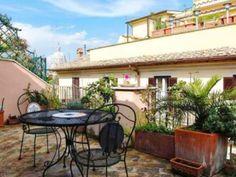 Esta terracita en un céntrico piso en Roma es ideal para una escapada romántica Villas, Bungalow, Outdoor Decor, Home Decor, Apartments, Flats, Romantic Getaways, Country Cottages, Balconies