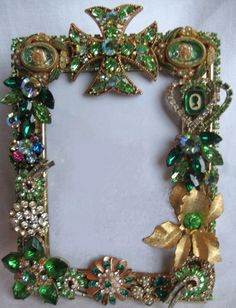Vintage Jewelry Frames Sold - dJonVintageDesign.com Jewelry Frames, Jewelry Tree, Old Jewelry, Jewelry Ideas, Diy Crafts Vintage, Vintage Jewelry Crafts, Picture Frame Decor, Vintage Picture Frames, Costume Jewelry Crafts